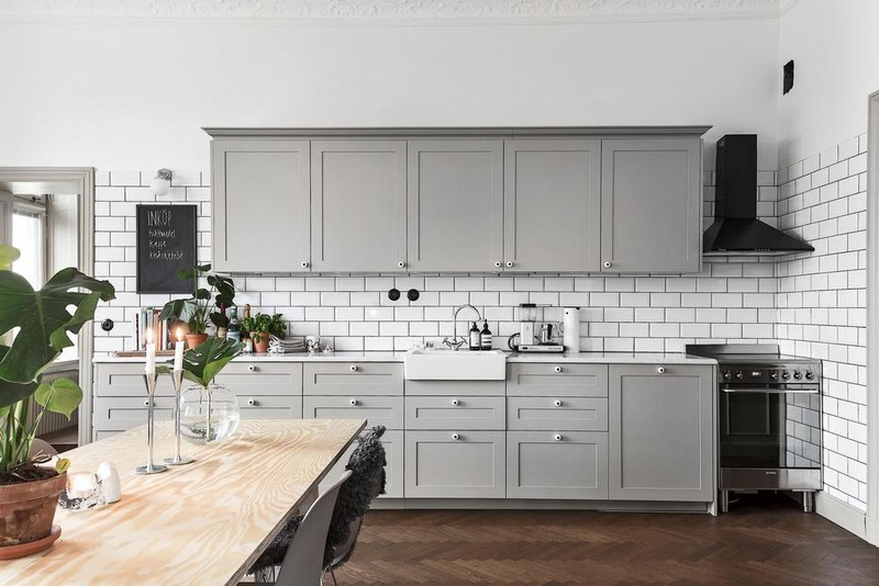 GREY KITCHEN AND DARK HERRINGBONE FLOORS北欧装修设计